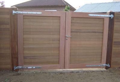 Dubbele hardhouten poort